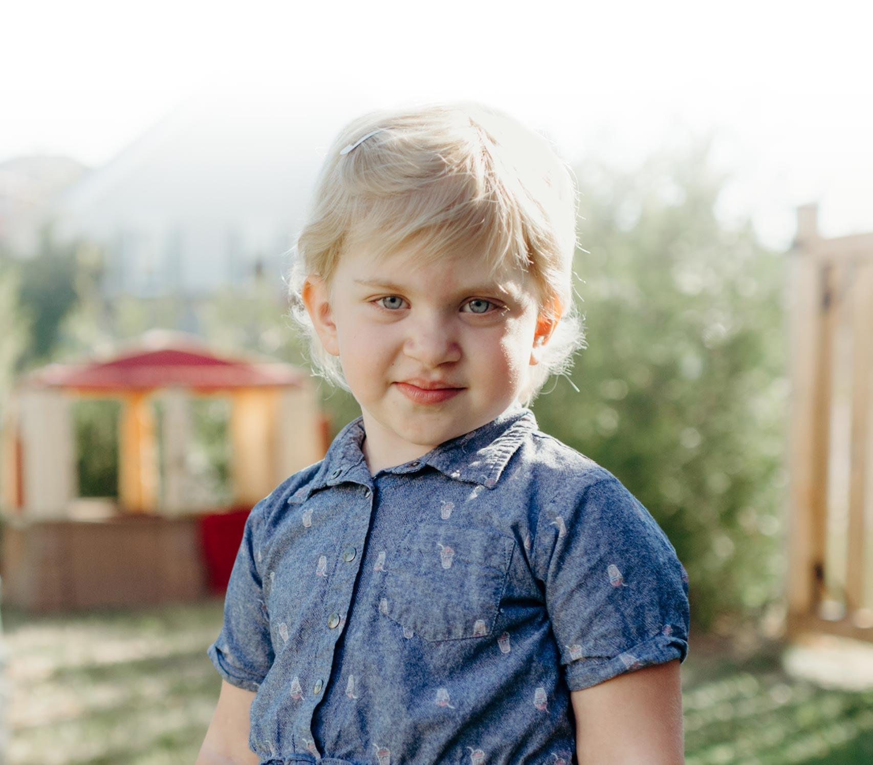Lyana, une jeune patiente de 4 ans s'amuse dans un décor estival.